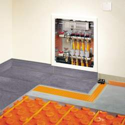 Cleveres System: Schlüter bietet mit BEKOTEC-THERM Noppenplatten, Heizrohre und Heizkreisverteiler
